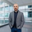 Pośrednik Marcin Suder pracujący w biurze nieruchomości: Emmerson - Lumico