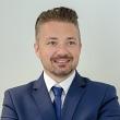 Pośrednik Damian Morzywołek pracujący w biurze nieruchomości: TG-Brokers